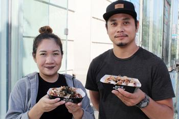 オーナーのシャーリン・サクンペッタオン氏と夫人。シャーリン氏は、日本料理店やフュージョン料理店で勤務していた経験をたこ焼き作りに活かしている