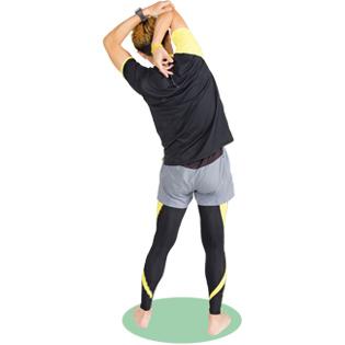 上腕の後ろ側が伸びているのを感じながら、肘を引っ張りましょう。