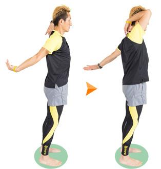 腕をひねって手の平の向きを変えながら、両腕を前後に入れ替えます。