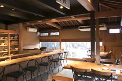 カウンターとテーブル席を配し、落ち着いた雰囲気の1階。大きな窓からは広々とした日本庭園が望める