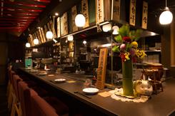 オープンキッチンを望むカウンター席は、出張の一人客などに人気
