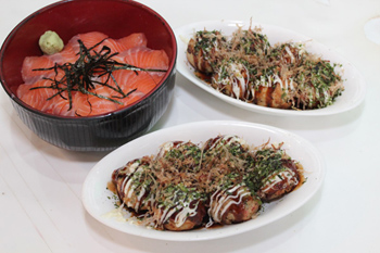 サーモン丼(写真左)や寿司、かつ丼などを食べた後に、デザートとしてたこ焼きを食べる人も多い