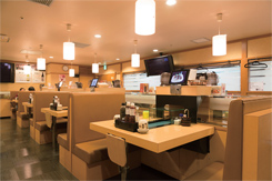 専用レーンで寿司ネタが運ばれてくるテーブル席。ほかにカウンターや半個室もある