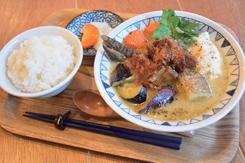 ベーシックな商品のひとつ「西京味噌のごちそう豚汁」(840円)と、ごはんと香の物を合わせた「豚汁定食セット」(+100円)。とん汁にはダイコン、ニンジン、ジャガイモ、タマネギ、ゴボウ、サツマイモ、ナスなどの野菜類がたっぷりと入り、スペアリブ、自家製豆腐、みつばをトッピングする