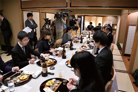 多数のメディアが集まり、「日本料理 かが万」で実際に提供されるコースを体験。テレビカメラも入り広く報道された