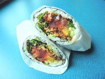 一番人気の「アイ・ハート・ブリトー」。太巻きのように輪切りにせず、半分にカットしたものをブリトー同様に紙で包んで提供。生魚や生野菜を具材にしているのも特徴的