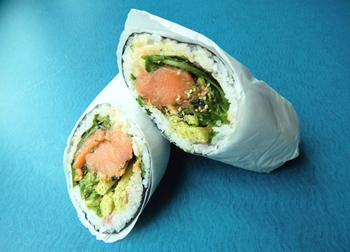 サーモンと酢飯以外に、野菜や豆類も入る「チーフ・シアトル・ブリトー」。栄養バランスがいいことも人気の理由