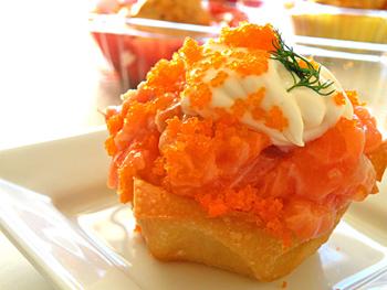 スシカップケーキの「サーモン」。寿司に慣れた常連客が多い1号店では刺身用のサーモンを使うが、観光客が多い2号店では生臭さを感じにくいスモークサーモンを用いるなど、客層に合わせて食材も変えている