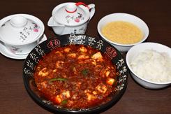 「陳麻婆豆腐」(本場四川の激辛マーボー豆腐小皿1,300円)は、四川省産の香辛料を駆使した刺激的な味わい。ランチタイムは、前菜3品、スープ、ご飯、デザートがついた「本場四川の陳麻婆セット」(1,350円)として提供している