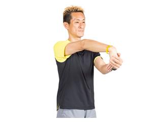 手の平は内側に向けます。前腕の外側が伸びているのを感じましょう。