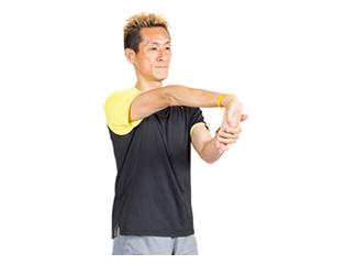 手の平を外に向け、指先を手前に引っ張ります。このまま30秒キープ。
