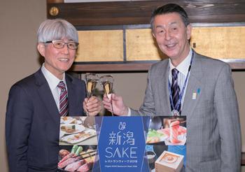 試食会にて、笑顔でグラスを合わせる新潟市・篠田市長(右)と、ぐるなび・久保