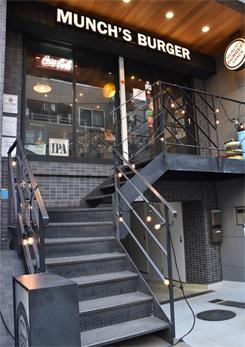 2階に入口、オープンキッチン、客席があり、1階は貸切パーティにも使える客席ホールがある