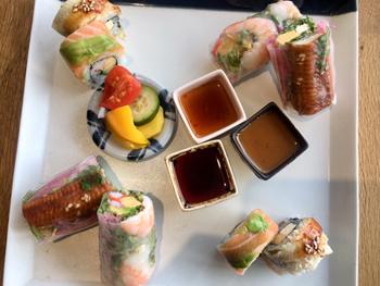 少量ずつ楽しめるように生春巻きや巻き寿司は一口サイズ。生春巻き用に「自家製ポン酢&スイートチリ」「自家製うなぎ用のタレ」を、巻き寿司用に「醤油」を用意している