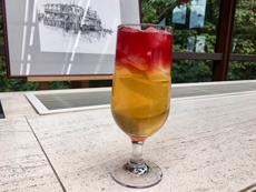 伝統的なイギリス式アフタヌーンティーの飲み物は、ティーポットで提供される温かい紅茶が基本。しかし最近は、カラフルな「マングローブドリンク」(写真)など、伝統にとらわれないドリンクも登場