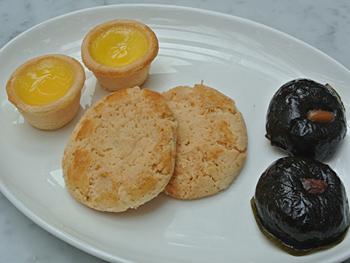 ティースタンドの一番下のプレートには、(左から)「エッグタルト」「くるみクッキー」「ヘクソカズラ餅」が並ぶ。どれも「飲茶」の定番スイーツで、アフタヌーンティーで提供されるのは珍しい