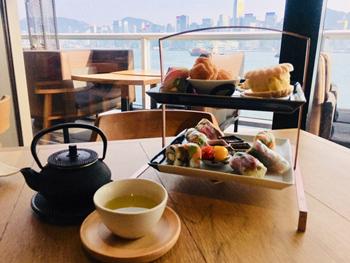 見た目もおしゃれでヘルシーな和の軽食と日本茶。窓からはビクトリア湾と対岸の香港島が望める絶好のロケーションもアフタヌーンティーには最適。「ちょっと優雅で贅沢な午後を過ごしたい」という女性を満足させる要素がそろっている