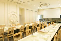 50名まで収容できる大きめの個室。スクリーンなどを備え、結婚式二次会にも対応