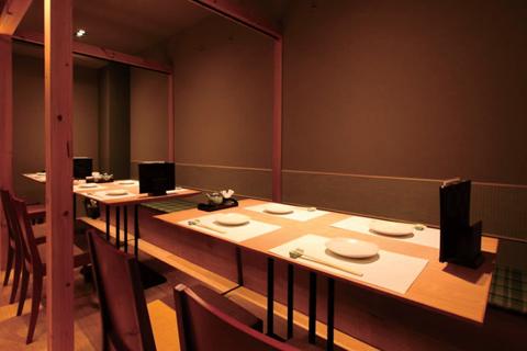 和風で落ち着いた雰囲気のテーブル席。ほかにカウンター席があり、貸切も可能