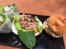 アフタヌーンティーの軽食は手でつまめるものが基本。少量でも品数が豊富で、満腹感を得られることが人気を呼ぶポイント