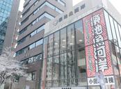 「築地魚河岸」は、晴海通り側の「小田原橋棟」(左)と、築地場内側の「海幸橋棟」の2棟で構成