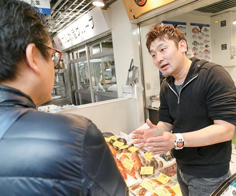 自由見学の時間に、気になった店を訪れた参加者は名刺交換をしつつ、仕入れたい商品について話を聞きながら様々な相談をしていた