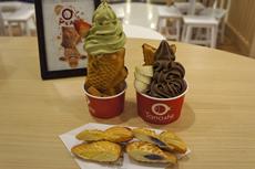 ソフトクリームがたい焼きの口の上にトッピングされた、日本人には驚きのビジュアル(左奥)。日本のオーソドックスなたい焼き(手前)も販売しており、人気は高い