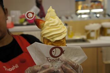 「粒あん×マンゴーソフトクリーム×イチゴ」の組み合わせ。マンゴーソフトクリームは、甘すぎず、さっぱりとした味わい