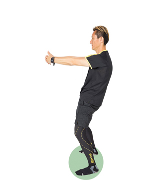 左右の肩甲骨を離すイメージで上体は後ろへ。肩が上がらないように注意。