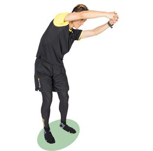 へそが、腕を倒した方向とは逆を向くよう、腰を軽くひねってキープします。