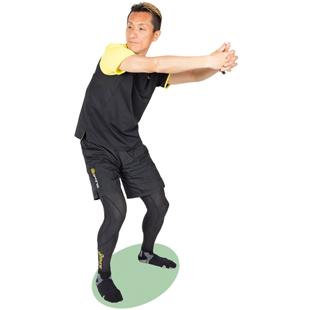 肋骨から下をねじるイメージで。脚は動かさないように注意しましょう。
