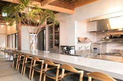 テーブル席やオープンキッチンに面したカウンター席を備え、貸切利用も少なくない
