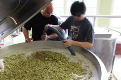 ベルギーの醸造所とのコラボレーションビールを醸造する菅原氏。彼らとの出会いが会社の成長につながった