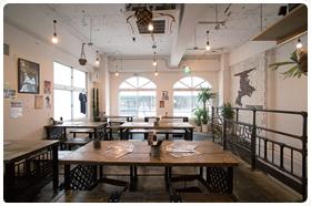 店内に並ぶテーブルやイスは、横須賀の金属加工業者が手がける家具ブランド「Iron Life」のもの。店で現物に触れ、実際に購入につながるケースもある