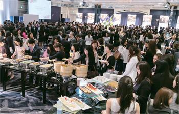 秘書会員と飲食店、協賛企業らが一堂に会した会場。華やかで活気に満ちた交流が続いた