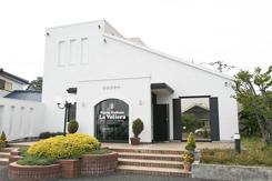 白い外観が印象的な、一軒家レストラン。敷地内には35台収容の駐車場もある