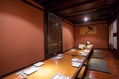 落ち着いた雰囲気の個室。ほか、テーブル席やカウンター席もある