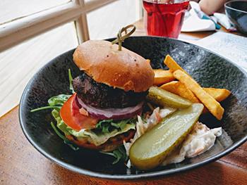 牛ひき肉がジューシーな「ジェイソンズ ダイノスチック バーガー」(6.5ポンド=約940円)も人気のキッズメニュー。トマト、紫玉ネギといったシャキシャキの生野菜をサンドしており、別添えでピクルスやコールスローが付く