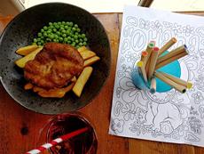 イギリス料理の代表格「フィッシュ&チップス」を子供向けにアレンジ。近年は、コーンミールや米粉を使ったグルテンフリーのものを用意する店も