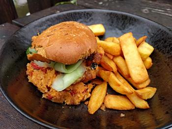 「チックピーとパプリカのバーガー」。フライドポテトを添えてあり、ボリューム感もある人気メニュー