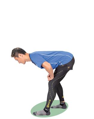 お尻は後ろに引いて、背中が丸まらないように注意しながら、腿裏を伸ばします。