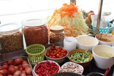 一般的なソムタムは、皮を剥き、細切りにした青パパイヤが必ず入る。ほかに、ニンジン、トマト、インゲン、ピーナッツ、小エビ、ニンニク、唐辛子など具材は様々