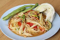 ソムタムは、屋台や庶民的な食堂では30~40バーツ(=約103~137円)ほどで提供される。カオニャオ(もち米)とともに食べるのが現地のスタイル