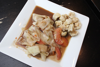 「ラオス伝統式ソムタム」は、青パパイヤを桂むきにして、パスタやきし麺のように提供。バンコクで食べられる店は少なく、差別化のポイントに