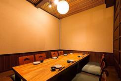 小上がりの個室は、最大30名の宴会に対応。ほか、テーブル席もある