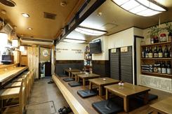 調理を目の前で見られるカウンター席と座敷席、8名まで収容できる半個室を備える
