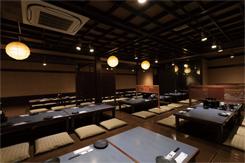 座敷席は100名収容可能。テーブル席とあわせて最大200名までの宴会に対応する