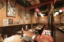 店内は、華やかな雰囲気で、カウンター席と掘りごたつの座敷席を備える