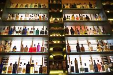 クラフトジンを約100種類そろえる専門店も出現。自分好みの銘柄を見つける楽しさがあり、ボトルのデザインや形も様々で、眺めているだけでも楽しい