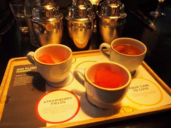 シロップで作った氷が入ったティーカップに、ジン、ソーダ、ジュースがミックスされたカクテル3種類をシェイカーから注いで楽しむ「ジンティーポットフライト」。カクテルが甘めなので、ジンになじみがない人でも飲みやすい